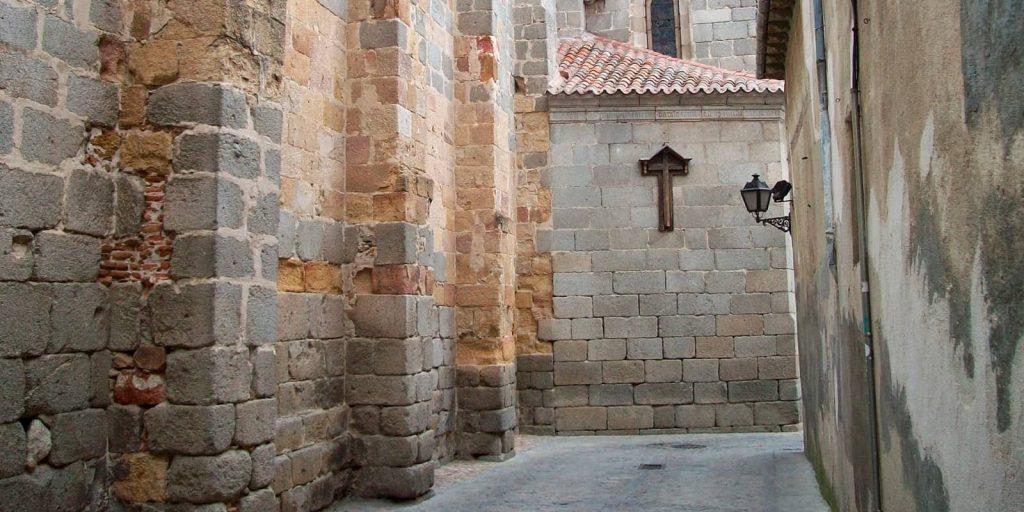 Calle de la vida y la muerte en Ávila